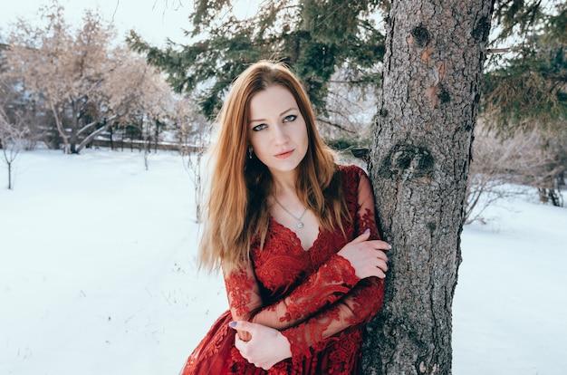 Foto all'aperto di signora romantica in vestito rosso