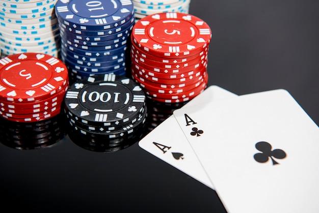 Foto astratta del casinò. gioco di poker su sfondo rosso. tema del gioco d'azzardo.