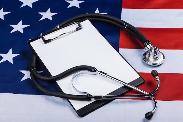 Foto close-up di stetoscopio sulla bandiera americana usa