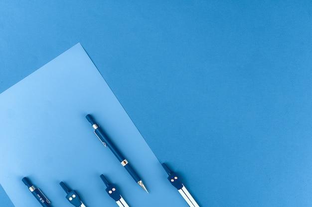 Foto colorata blu classica di vista superiore di cancelleria sparsa