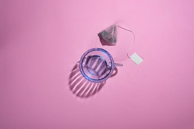 Foto creativa con una tazza di vetro blu con belle ombre riflettenti