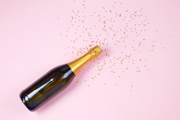 Foto creativa della bottiglia di champagne con coriandoli