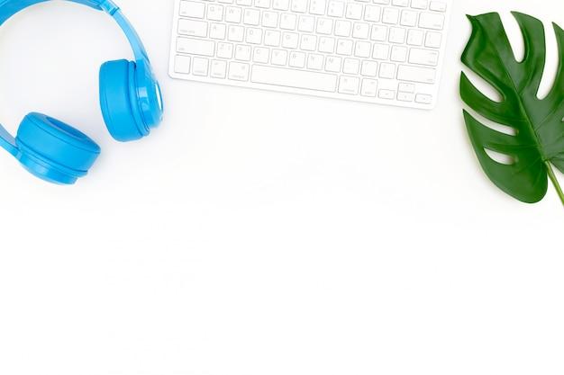 Foto creativa di disposizione piana del posto di lavoro moderno con il computer portatile