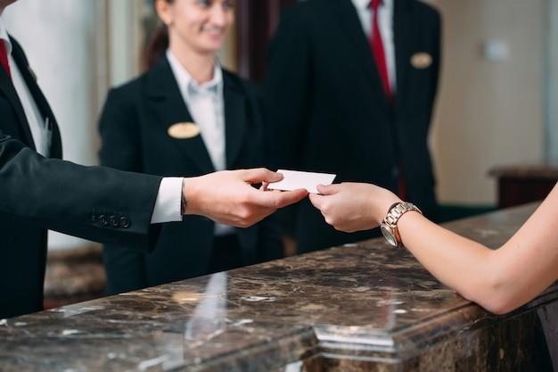 Foto degli ospiti che ottengono la chiave magnetica in hotel,