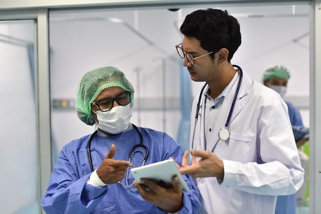 Foto dei dottori in divisa da lavoro il medico si è consultato sul caso del paziente al pronto soccorso