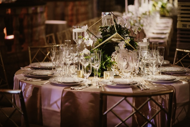 Foto del bellissimo apparecchiare la tavola nel ristorante