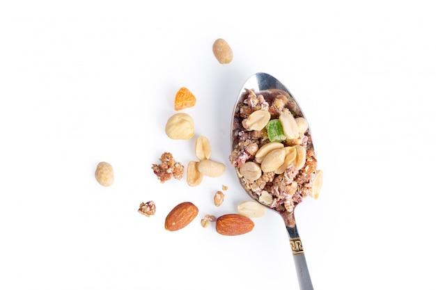Foto del cucchiaio pieno di granola isolato