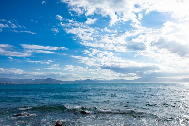 Foto del mare limpido e bello sul meraviglioso cielo blu nella soleggiata grecia