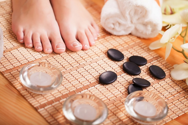 Foto del primo piano dei piedi femminili al salone della stazione termale