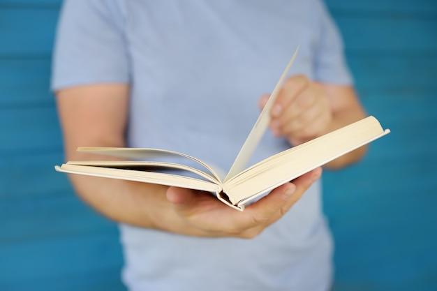 Foto del primo piano del libro di lettura maturo dell'uomo.