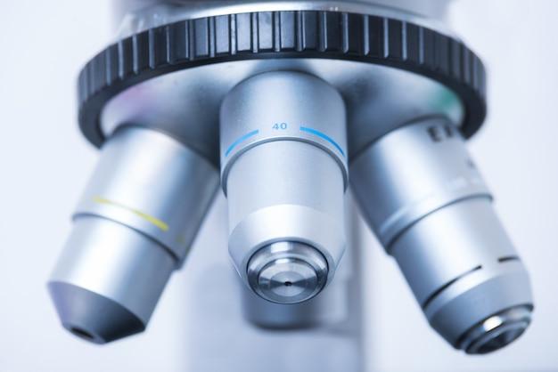 Foto del primo piano del microscopio