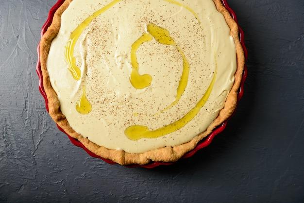 Foto del primo piano della crostata con crema e olio d'oliva