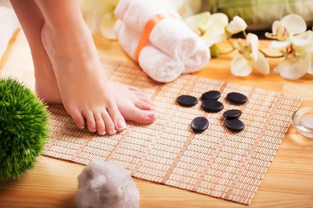 Foto del primo piano di bei piedi femminili con il pedicure francese