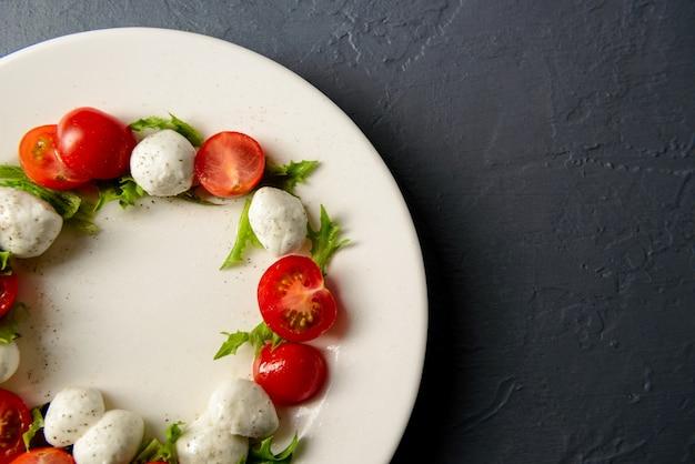 Foto del primo piano di insalata caprese sul piatto