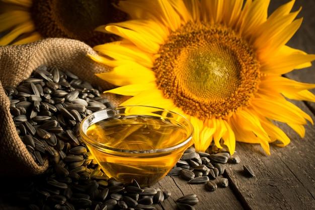 Foto del primo piano di olio di girasole con semi