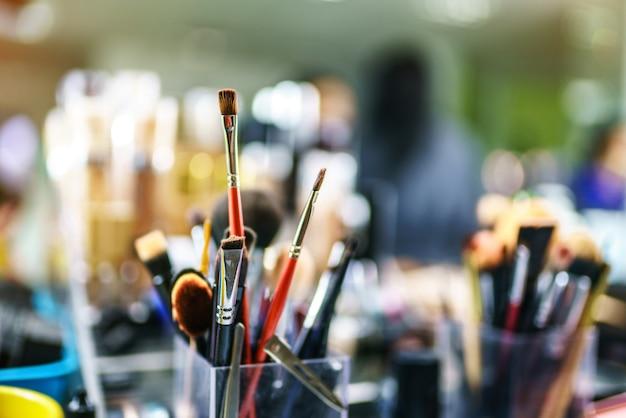 Foto del primo piano di pennelli trucco nel salone di bellezza