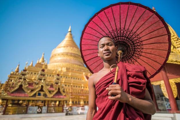 Foto del ritratto del monaco del myanmar fuori del monastero, bagan, myanmar