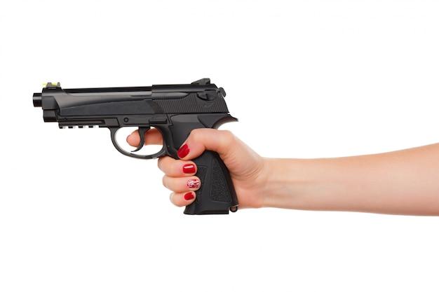 Foto della rivoltella del revolver della tenuta della mano della donna isolata