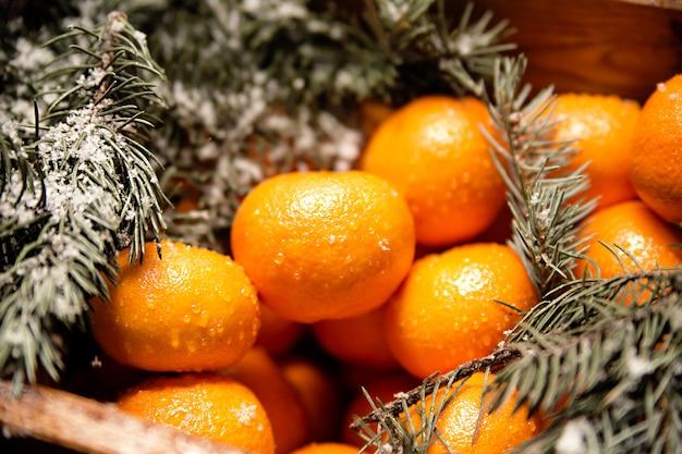 Foto della scatola di legno con i mandarini