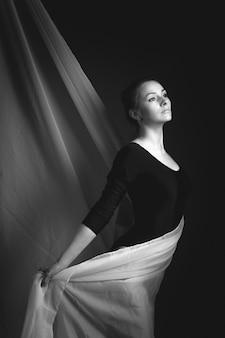 Foto di arte di una ginnasta femminile.