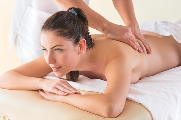Foto di bella donna felice nel salone di massaggio
