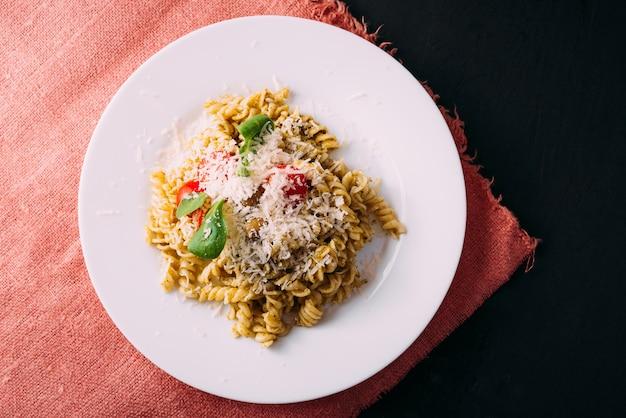 Foto di bella e gustosa pasta fatta con amore sul tavolo nero