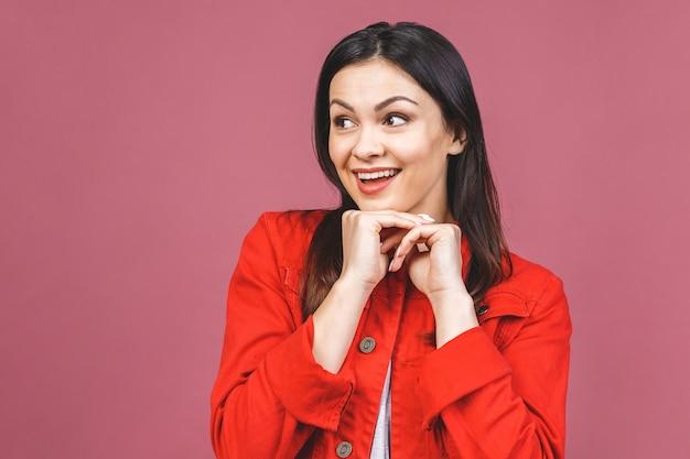 Foto di bella giovane donna allegra che mostra gesto del vincitore.