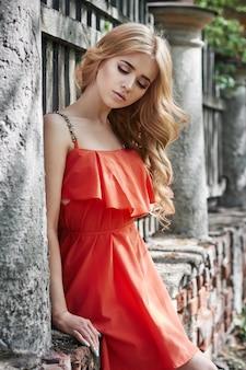 Foto di bella giovane donna moda all'aperto