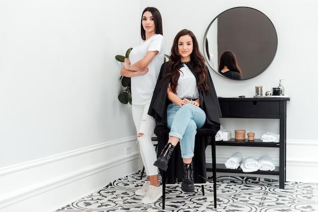 Foto di donne fiduciose. parrucchiere e il suo cliente in un salone di bellezza