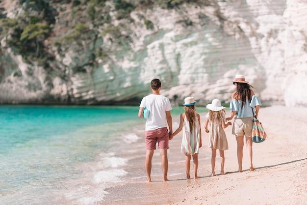 Foto di famiglia felice che si diverte sulla spiaggia. stile di vita estivo