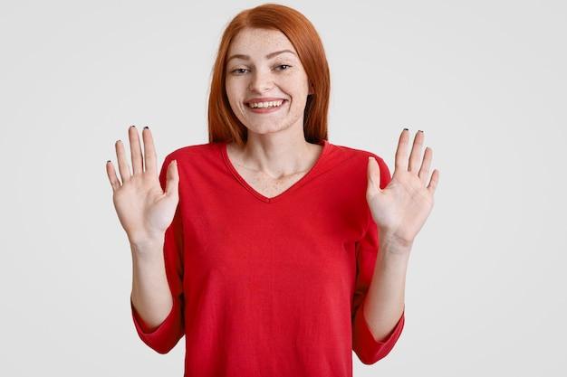Foto di gioiosa donna lentigginosa con lunghi capelli rossi