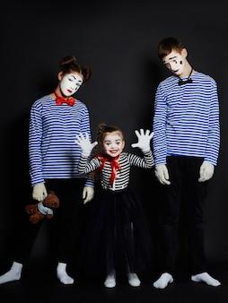 Foto di gruppo di bambini mime, volto di trucco di pantomima