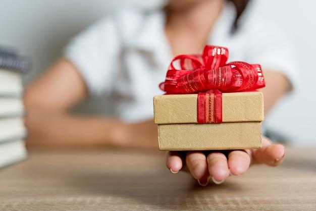 Foto di mano e scatola di capodanno idee creative con copia spazio