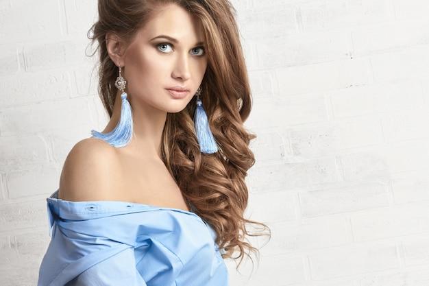 Foto di moda arte di una donna in una camicia blu