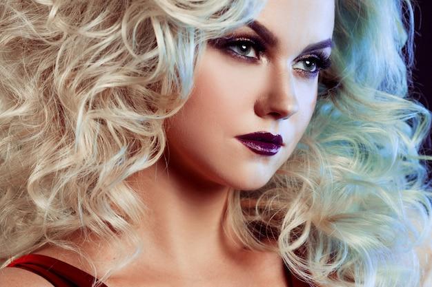 Foto di moda di giovane donna magnifica con uno stile lussuoso. ritratto in studio