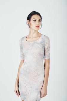 Foto di moda di giovane donna magnifica in un abito luminoso