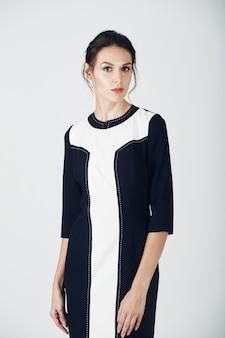 Foto di moda di giovane donna magnifica in un abito nero. ragazza