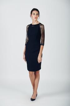 Foto di moda di giovane donna magnifica in un abito nero