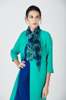 Foto di moda di giovane donna magnifica in un abito turchese