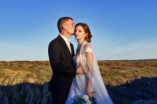 Foto di nozze di una coppia in montagna