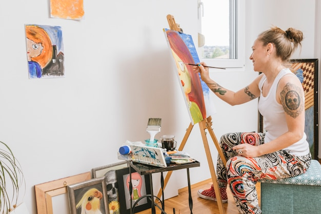 Foto di pittura femminile sorridente su tela