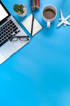 Foto di posa piatta creativa del posto di lavoro moderno con laptop