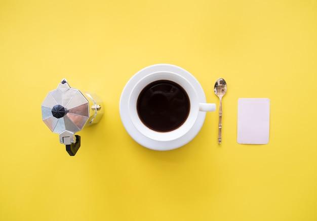 Foto di posa piatta creativa di caffè e moka su sfondo giallo