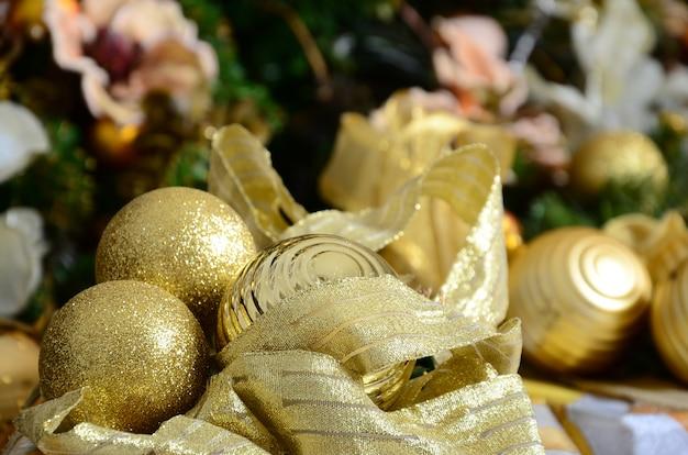 Foto di scatole regalo di lusso sotto l'albero di natale, decorazioni per la casa di capodanno