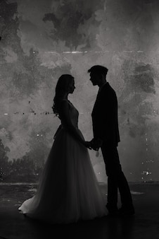 Foto di studio di moda arte di sposi silhouette sposo e sposa su sfondo di colori.