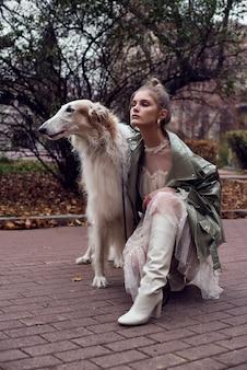 Foto di tipo moda di una donna alla moda con un cane