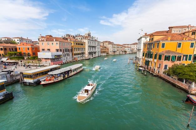 Foto di un canale di una città