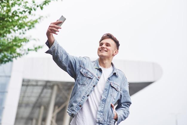 Foto di un giovane uomo prima di un emozionante viaggio in aeroporto.