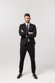 Foto di un uomo d'affari attraente con le braccia incrociate e sorridente sopra la a