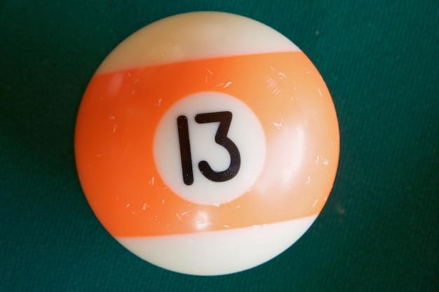 Foto di una palla da biliardo con il numero tredici